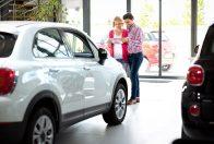 Par kupuje automobil